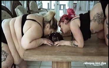 豊満なレズビアンカップルがケーキを食べる