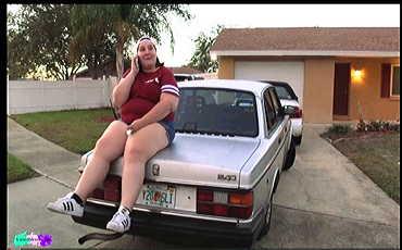 bbwのベティ・ジェットソンとssbbwのアイビー・ダベンポートによって車が跳ね上がります